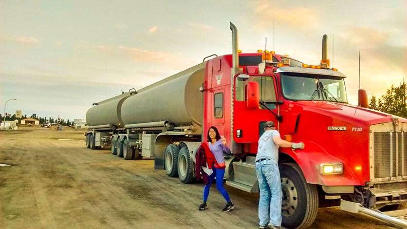 在加拿大搭便車,遇到要到北極海機場的油罐車,跟司機沿路聊了7小時。(圖片來源:作者提供)