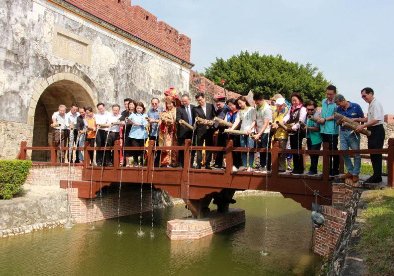 高雄市長陳其邁(中)到場為護城河注水。高雄市政府提供