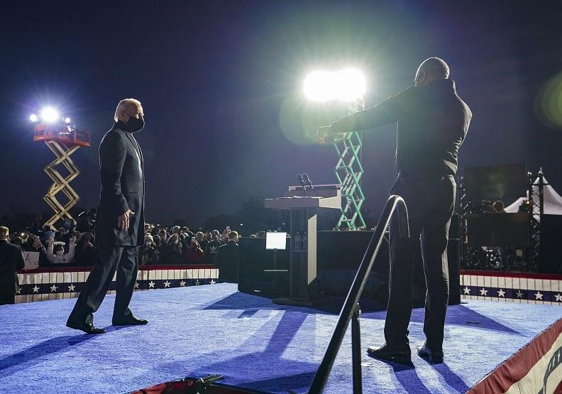 拜登(左)與歐巴馬齊聚於造勢會場。圖片來自@JoeBiden Twitter