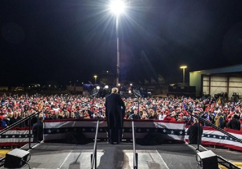川普(中)11月1日於造勢會場向群眾示意。圖片來自@realDonaldTrump Twitter
