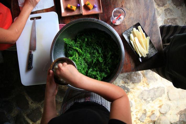 不老部落自給自足的生活也讓到訪者學習這裡的烹飪與飲食方式。來源:不老部落