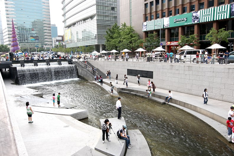 首爾的清溪川將河道改為步行廣場。