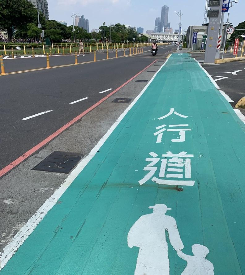 行人在都市裡的「路權」亟需政府多加重視。
