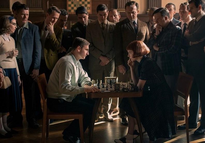《后翼棄兵》中西洋棋對戰。圖片取自Netflix