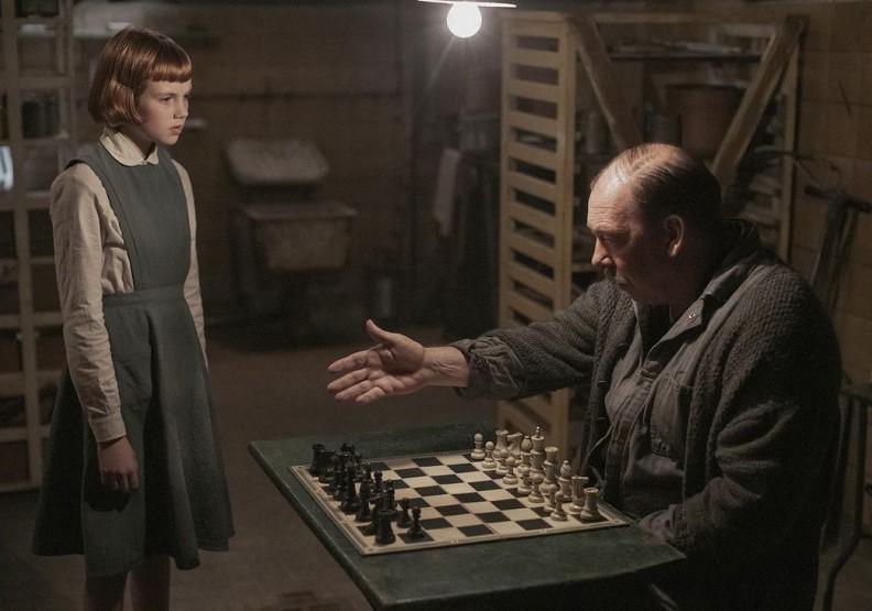 薛波先生只是孤兒院的校工,卻看穿了貝絲的靈魂深處。圖片來自Netflix