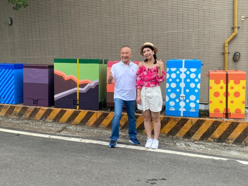 縣長徐耀昌在色彩繽紛的「禮盒」前打卡按讚。