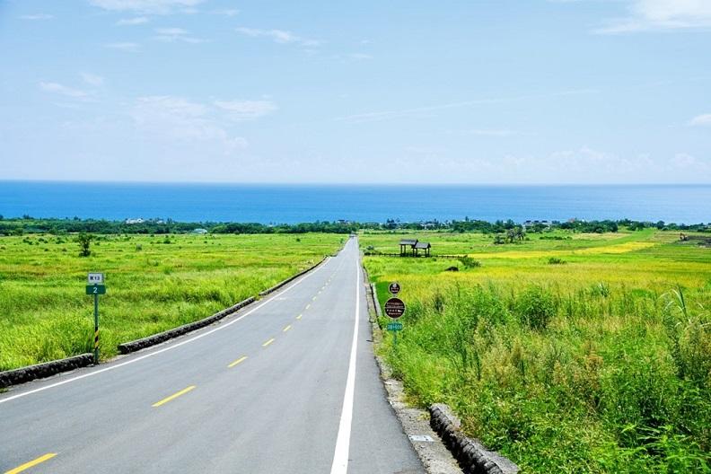 長濱金剛大道,一條線的馬路直通往藍色太平洋。