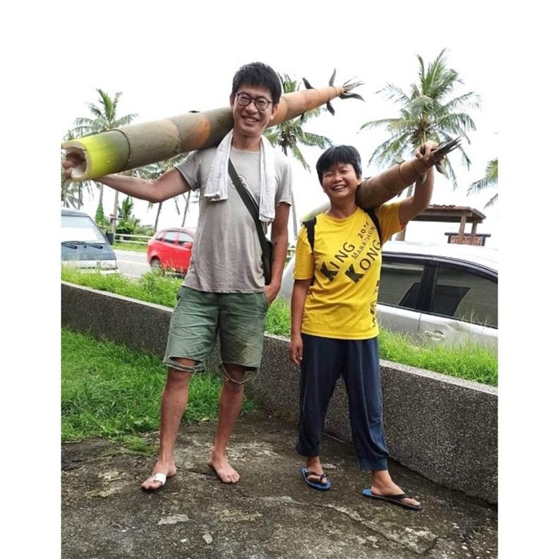 跟著鄰居大姐山腳挖竹筍,採到跟人一樣大的巨竹筍。(高耀威提供)