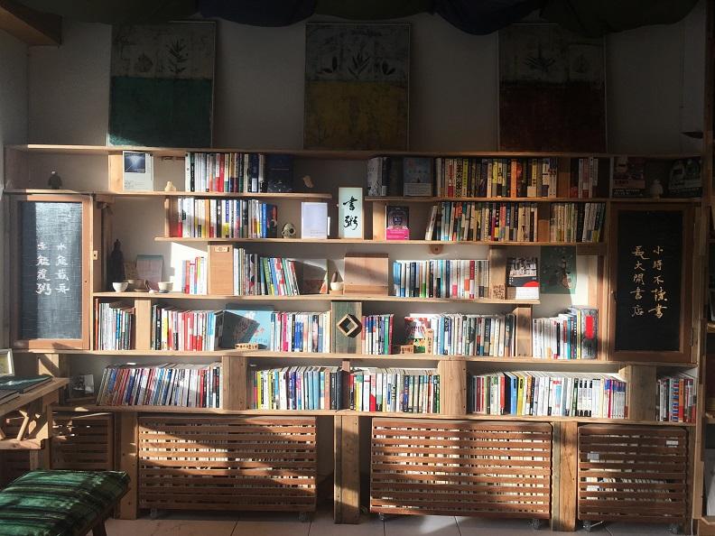長濱小鎮街上的書店「書粥」,每換一個不同的店長,店裡的陳設、選書也會不同。(高耀威提供)