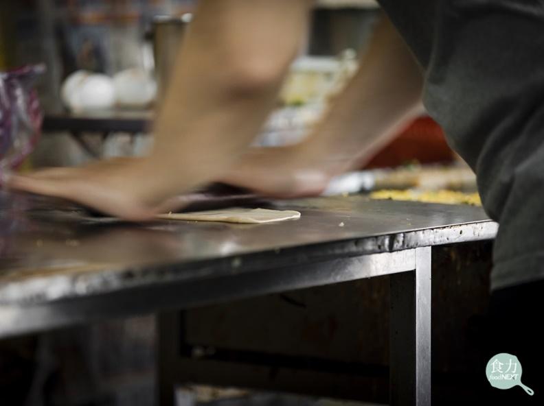 「我喜歡站著這個位置,可以看到老闆擀餅皮,」輕盈的葉怡蘭一走進小店,就目不轉睛地看著麵棍在桌台上的把戲,翻滾、碾壓、反轉。取自食力