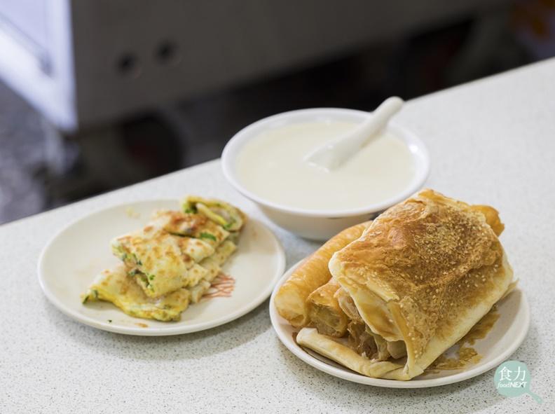 經典的台式早餐:燒餅油條配香濃豆漿,還有香味十足的蔥蛋餅。取自食力