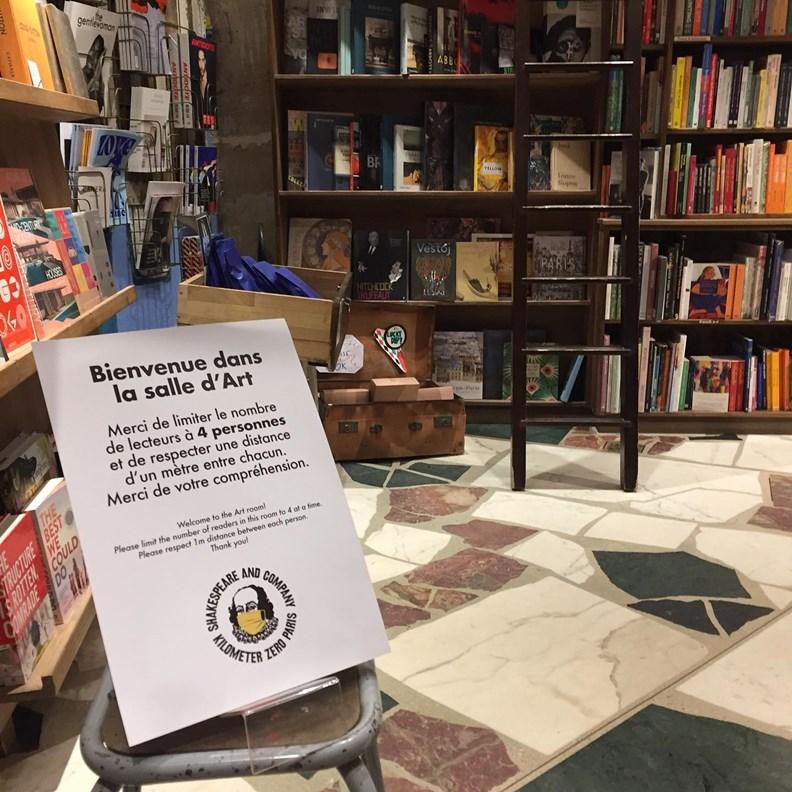 今年疫情造成許多書店業績重挫。(圖片來源:Shakespeare and Company臉書)