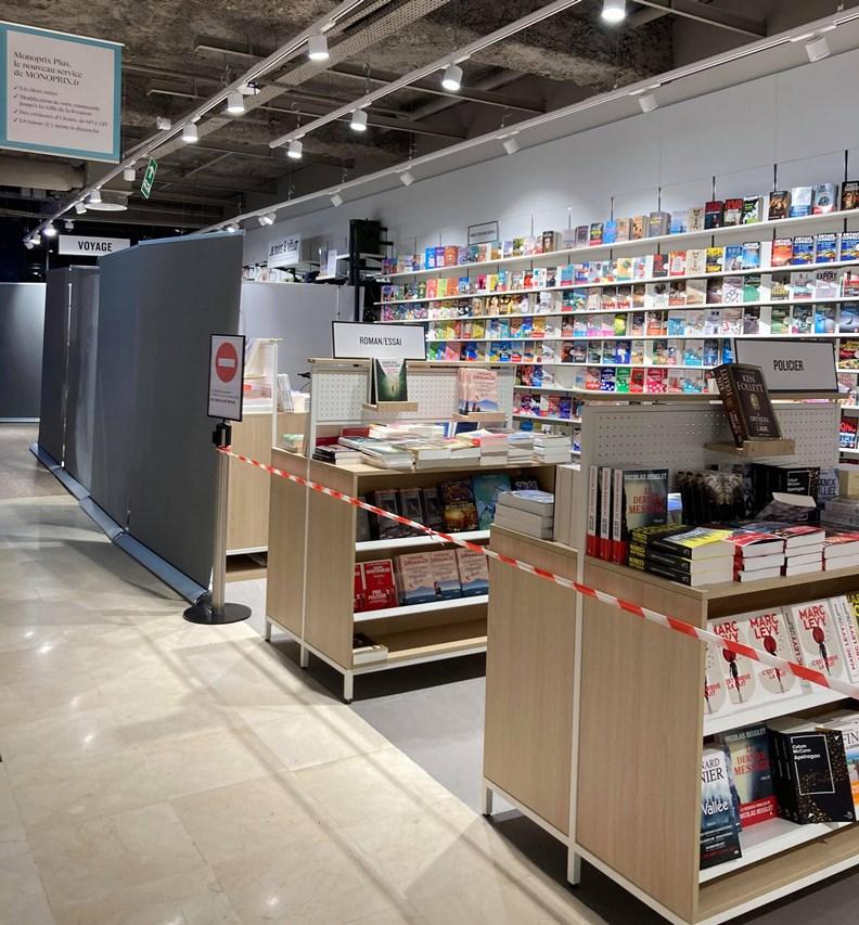 為避免抗議,大型零售通路在店內「書籍區」拉起封鎖線。(攝影:趙偉婷)