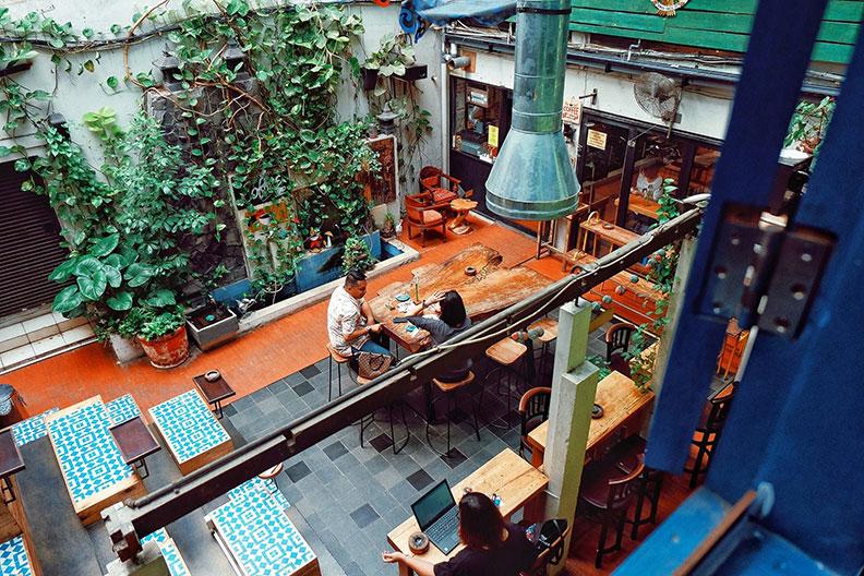 印尼雅加達的「Giyanti Coffee Roastery」獲得第47名,穿越窄巷後、眼前豁然開朗的寬闊中庭令人驚喜。取自Giyanti Coffee Roastery 粉絲專頁