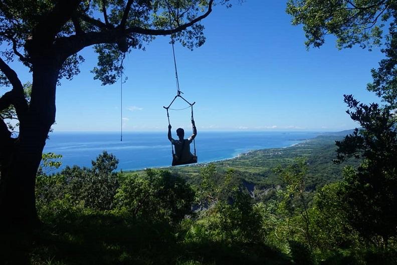 在大自然中體驗高空盪鞦韆,眼前是一望無際的藍色太平洋,腳下是令人心曠神怡的綠色山林。照片提供:竹湖山居自然生態休閒農場。