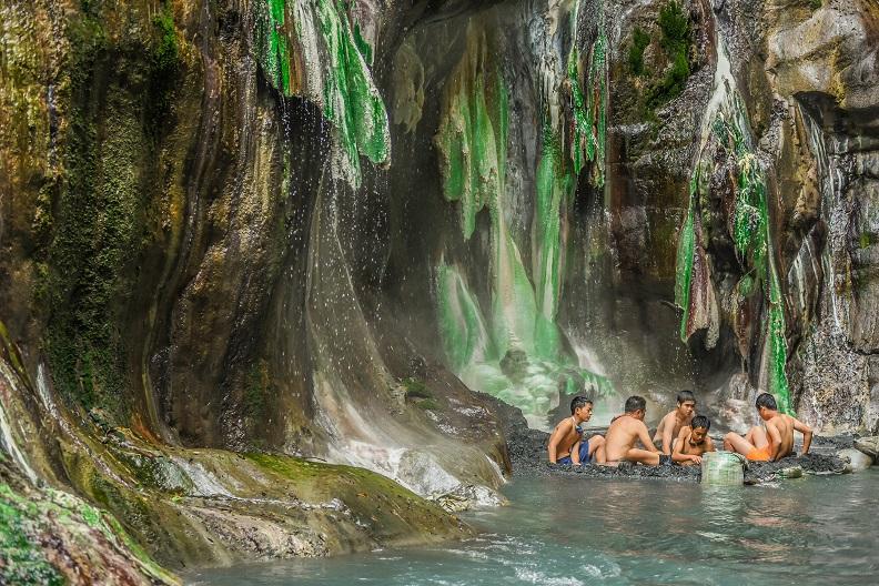 溯過溪流、通過陡峭的山路才能抵達栗松溫泉,絕美景色猶如翡翠般的生命之泉。