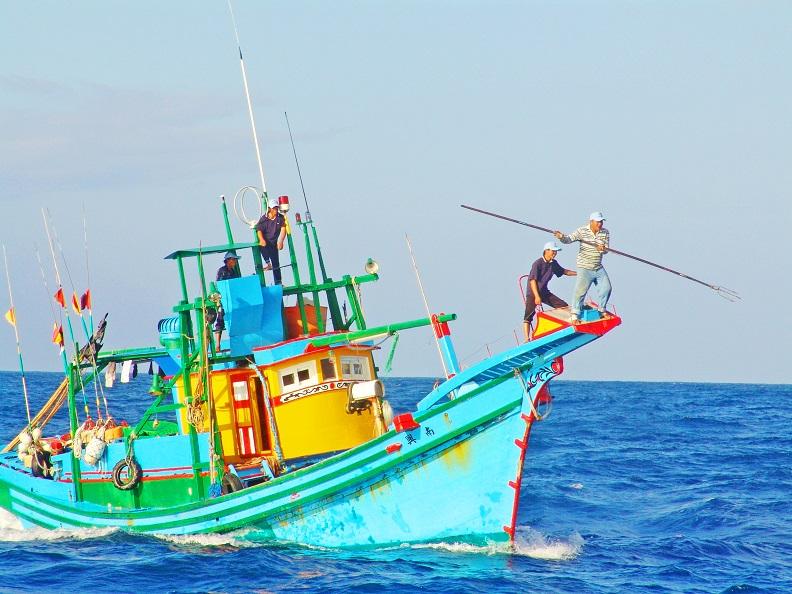 東北季風漸起風浪變大即是鏢旗魚季節,旗魚游速可超過時速一百公里,鏢手需頂著風浪,擁有絕佳的平衡控制與精準力道,才有機會命中旗魚。圖片攝影:台東製造。