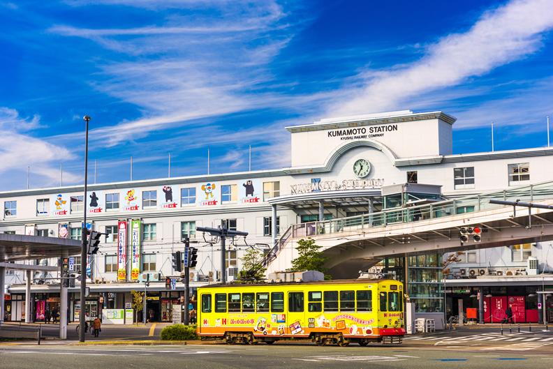 熊本的市電輕軌系統跟著城市發展不斷演進,成為其獨特美學文化的一部份(圖片授權/shutterstock)