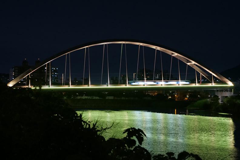 淡海輕軌藍海線第一期正式通車,是全台唯一可以欣賞海岸線的捷運軌道。途中行經的藍海橋夜間更是美輪美奐。(圖片:新北市政府捷運工程局提供)