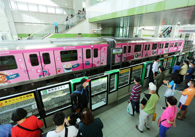 台中捷運公司推出五輛和不同廠商合作的彩繪車廂。