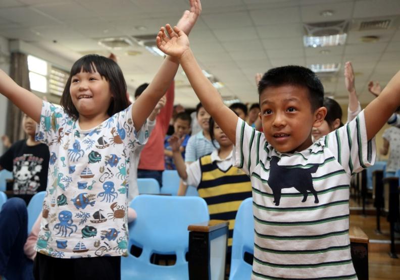 孩童學習光靠電視教學是不夠的,還必須與真人互動。遠見陳之俊攝