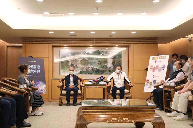 台灣青年氣候聯盟(TWYCC)陳姵頤(左1),和綠色和平東亞分部執行總監施鵬翔(左2)。新北市政府提供