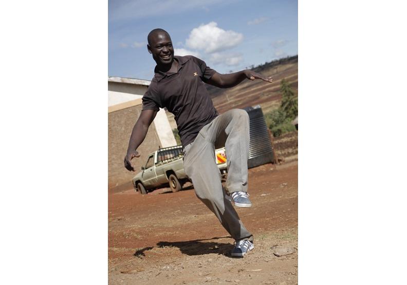 穿上鞋的肯亞老師。圖片來自王文華個人粉專