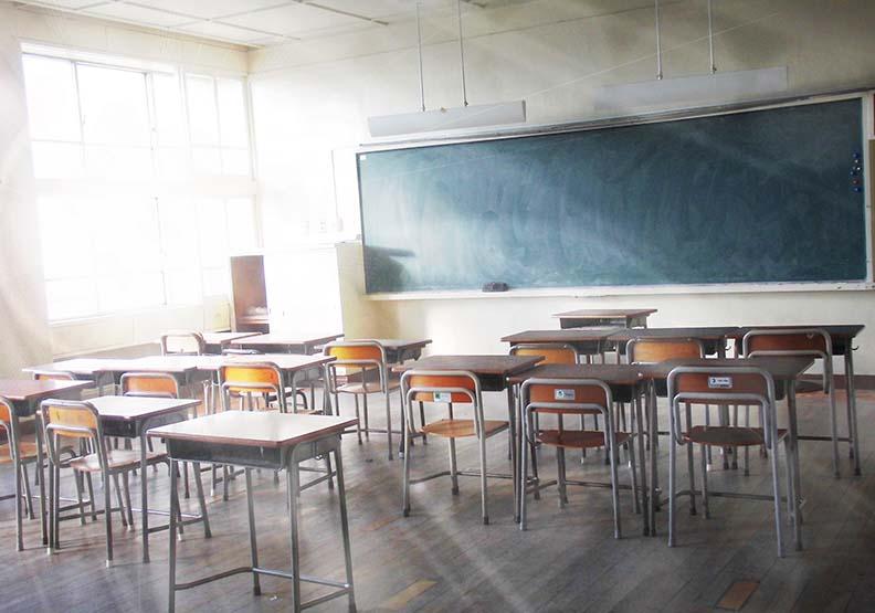 以前教室牆上都有「學海無涯,唯勤是岸」、「禮義廉恥」等的標語,現在幾乎都沒有了。圖片來源photoAC