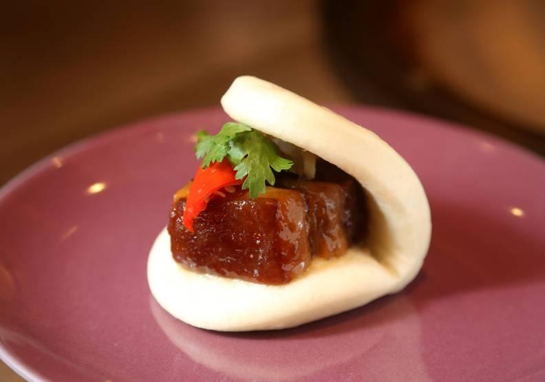 酒釀東坡肉的肥肉晶瑩透亮、瘦肉軟嫩細緻,令人驚豔。張智傑攝