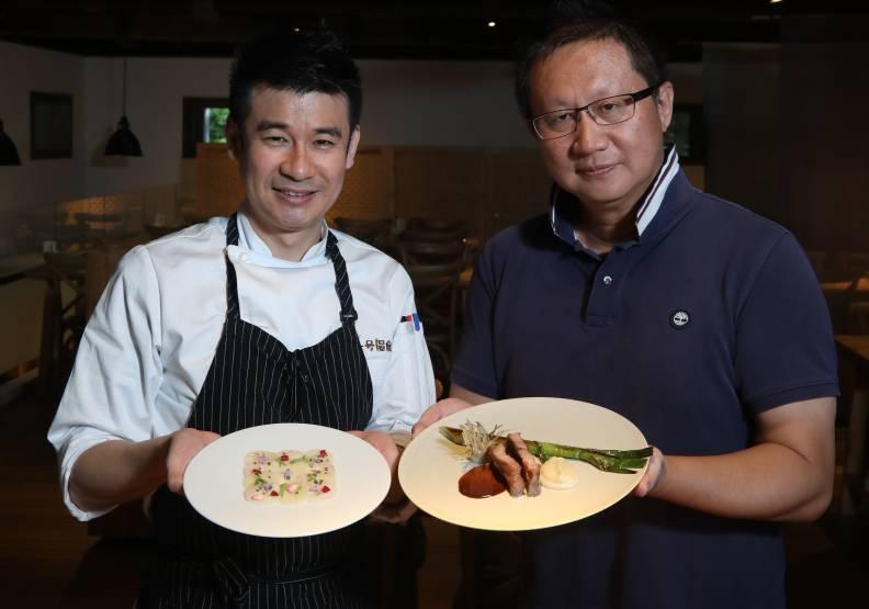 一號糧倉主廚王正岳(左)與花田喜彘執行長張勝哲攜手打造「法式」棉羊豬美味。蘇義傑攝