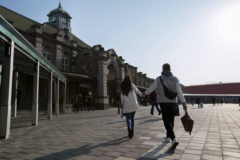 新竹市推動站前景觀改善,打造寬廣行人徒步區及獨立汽機車接送區,成功營造新竹火車站全新面貌。