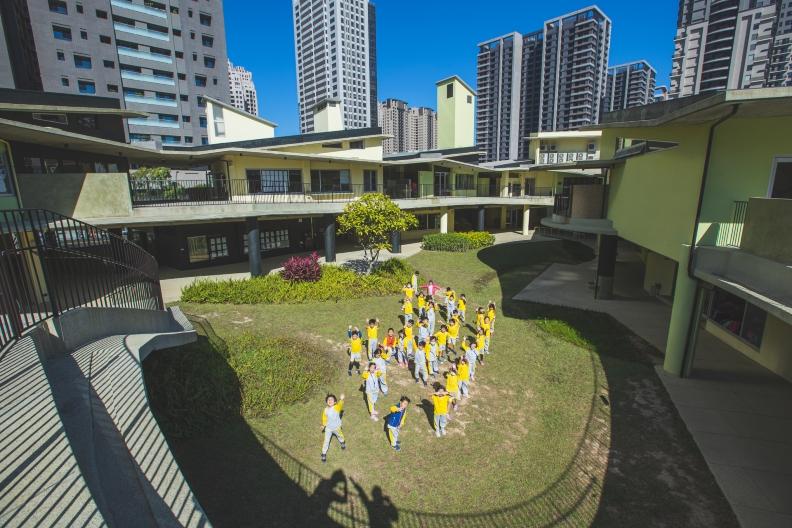 關埔國小獲2020台灣建築獎首獎,中央跳舞草坪設計,是學校孩子律動的最好場地。