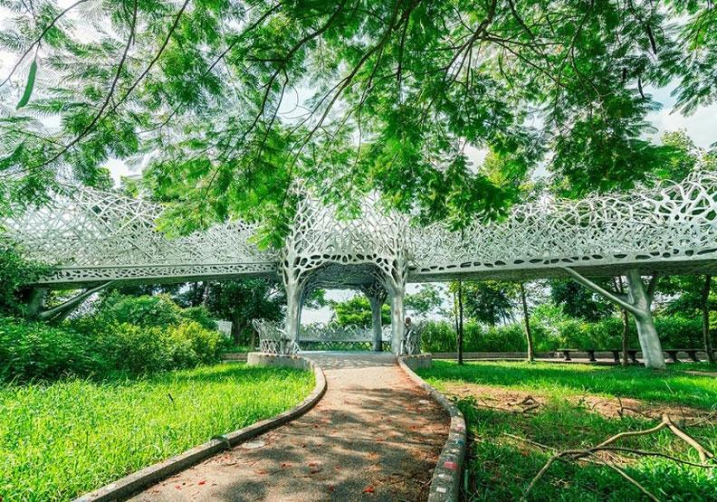 蘭潭是嘉義市郊著名景點,既可賞景,也可散步健行,圖為「月影潭心」。出自交通部觀光局