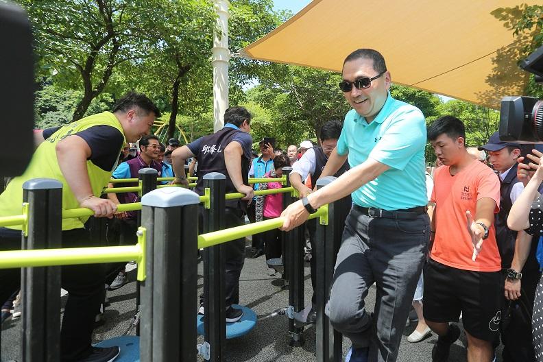 在新北市錦和公園是這個新北第一座全齡化公園,長者可以體驗新式戶外運動模式。(圖自侯友宜臉書)