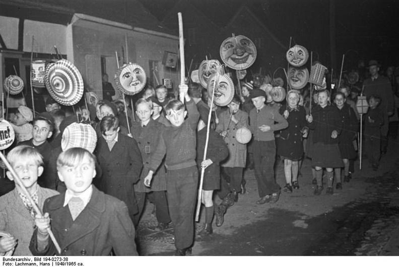 1949年一群西德小朋友在聖瑪爾定節提燈籠上街。(圖片來源:維基百科)