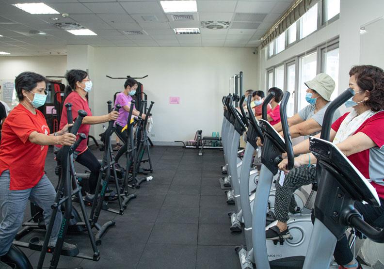 彰化縣南西北區衛生所的不老健身房內,有許多長者正在運動。