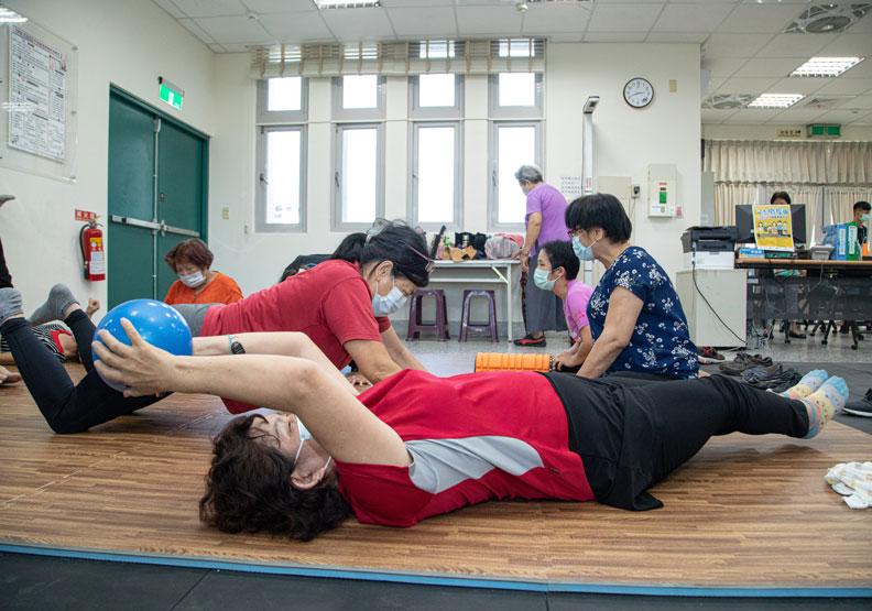 長者在這裡有各式各樣的體能訓練可以進行。