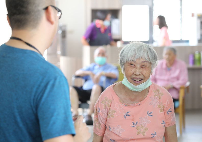 西勢日照主任許文楠詢問阿嬤,她已經不記得怎麼到中心來了。