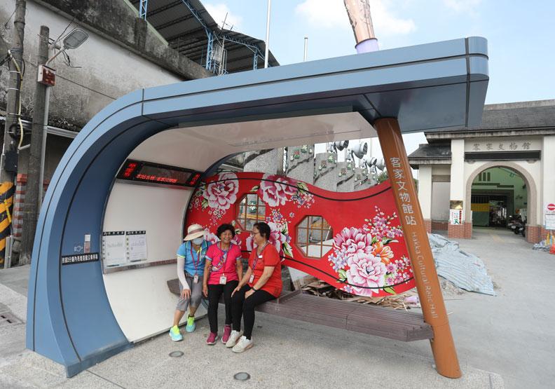 屏東縣府打造友善長者的候車亭。