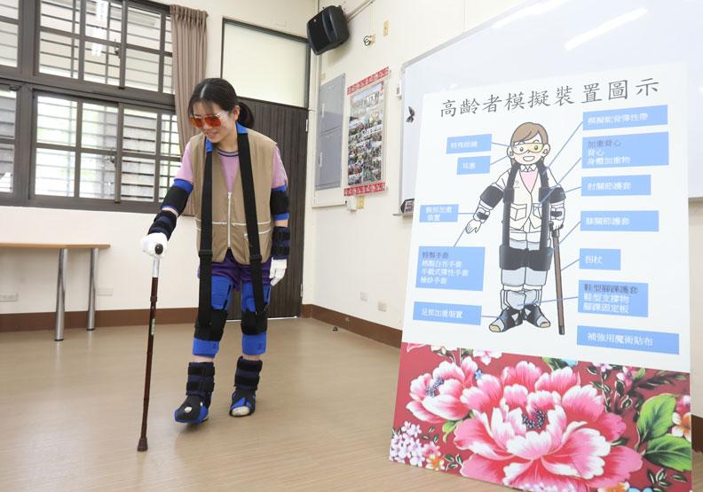 竹田國中的長照技藝班,配戴裝置體驗長者不便。