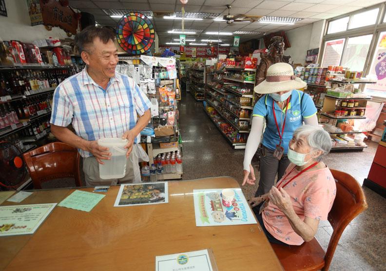 西勢村的友善商家,都會跟長者互動。