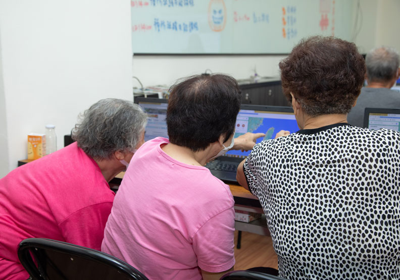 在長者的課程中,需要配置夠多的助教跟長者一對一互動,否則進度很容易卡住。