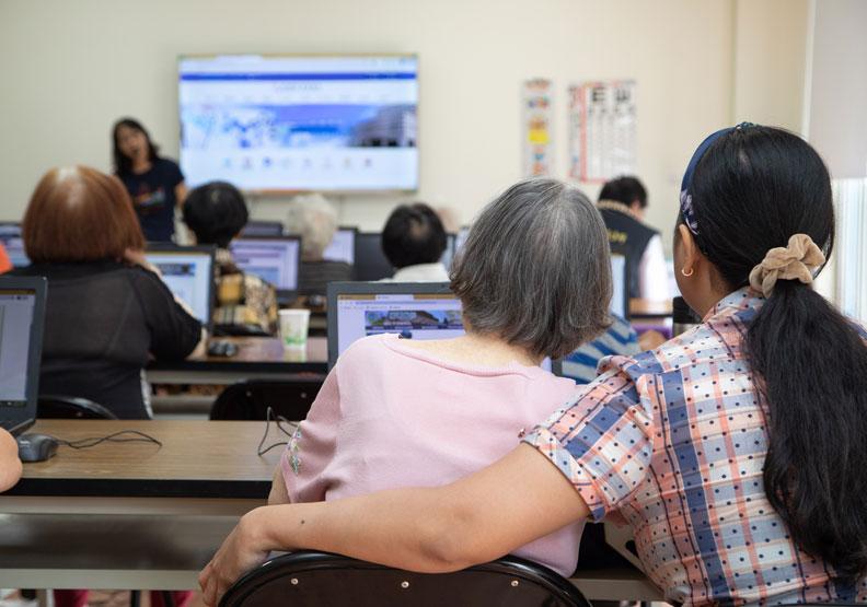 自製LINE貼圖課程額滿!台灣最小城市嘉義,如何讓熟齡族變數位玩家?