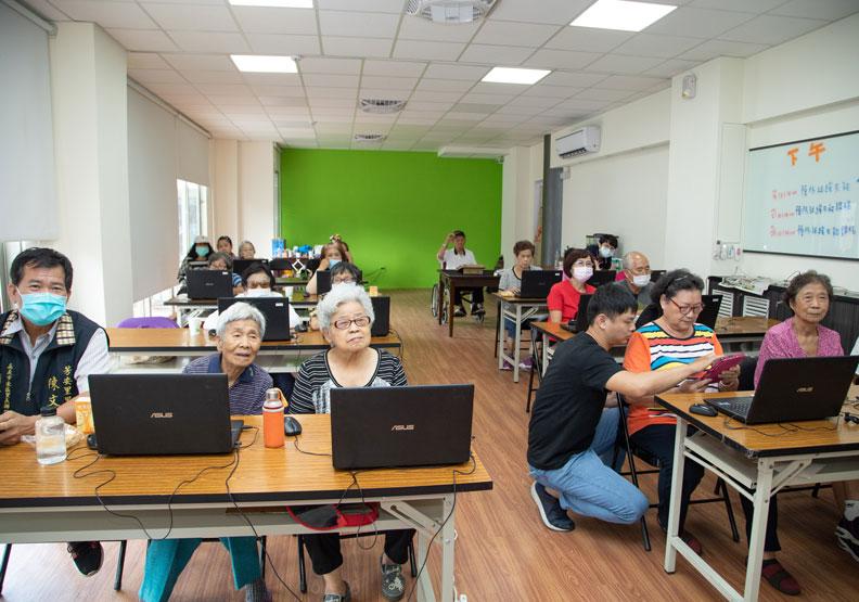嘉義市處首創「公民參與式」提案作法,提高銀髮族的上課意願。
