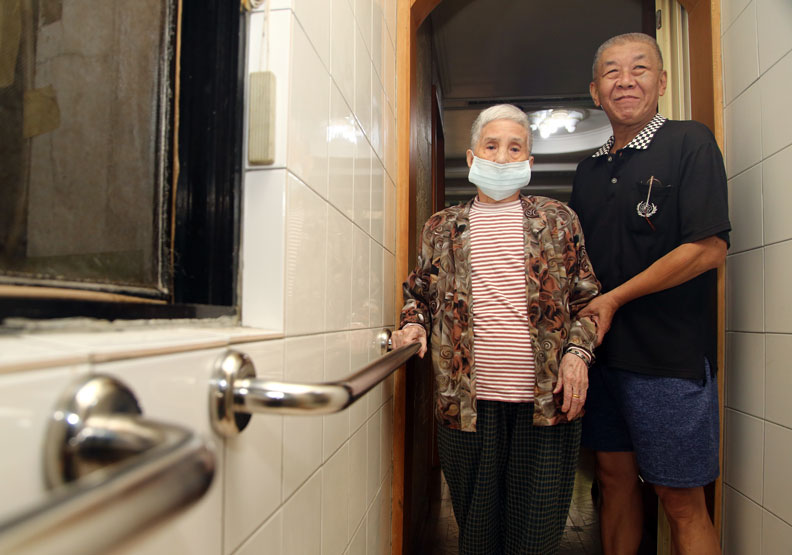 為照顧年事已高的賴奶奶(左),家人在屋內動線裝設許多扶手。