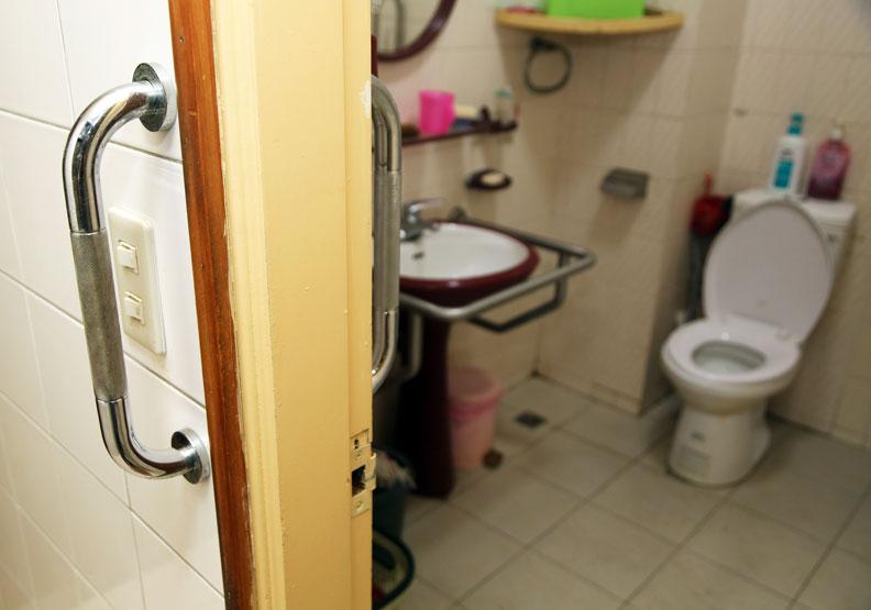 浴室廁所及廚房等濕滑場地,是常讓長者跌倒的高風險空間。