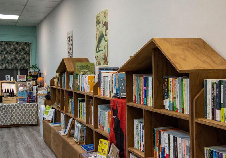 基隆獨立書店小獸書屋開幕,鄭麗君來加持選書推薦4本書。小獸書屋提供