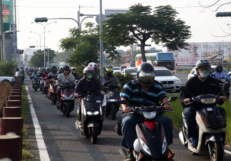 南科車水馬龍的新港社大道。