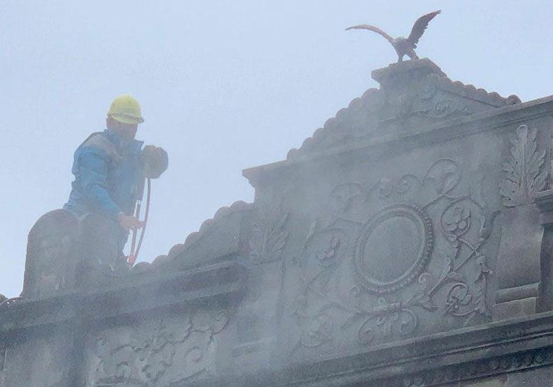 台南新化老街百年建築立面全面清洗後,把泥塑裝飾也煥然一新。