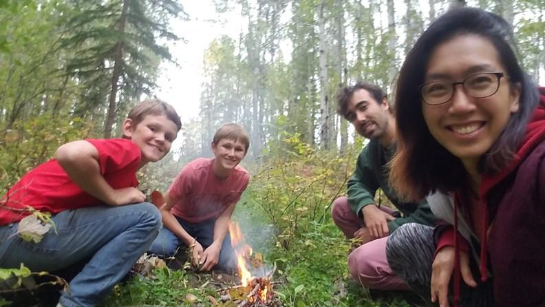 在加拿大打工換宿時,認識10歲和12歲的農家男孩Elron和Ethan,不僅帶我們打獵、野外求生,還教我們蓋兩層樓的樹屋!(圖片提供:作者)